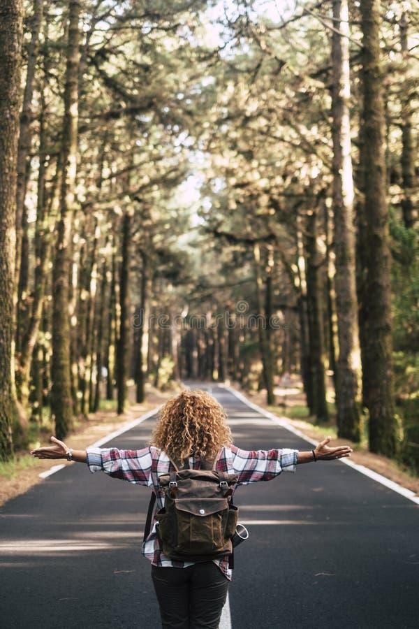 альтернативная концепция путешествия с женщиной-хипстером, которую смотрят из задних дверей, открывает руки и чувствует свободу п стоковые фотографии rf
