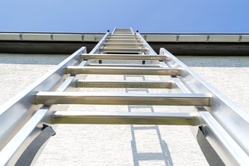 Алюминиевая лестница стоковое изображение