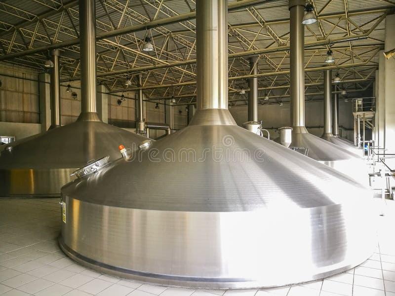 Алюминиевые резервуары винзавода стоковое фото rf