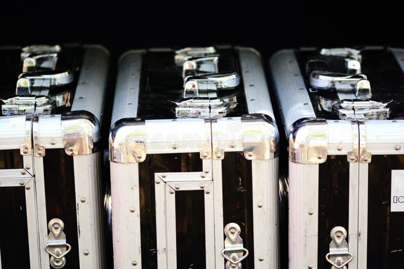 Алюминиевые чемоданы для хрупких объектов и транспорта высокого уровня безопасности стоковое изображение rf
