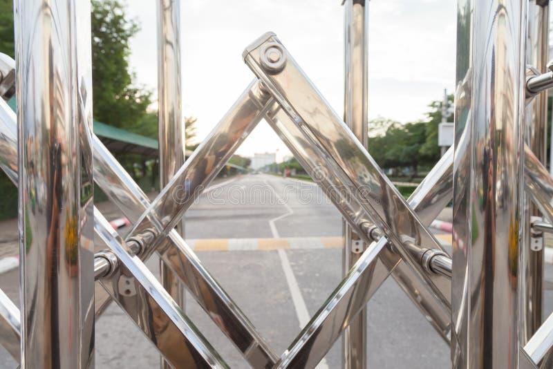 Алюминиевый блеск загородки оно использовано для выключать входы и выходы в местах стоковые фото