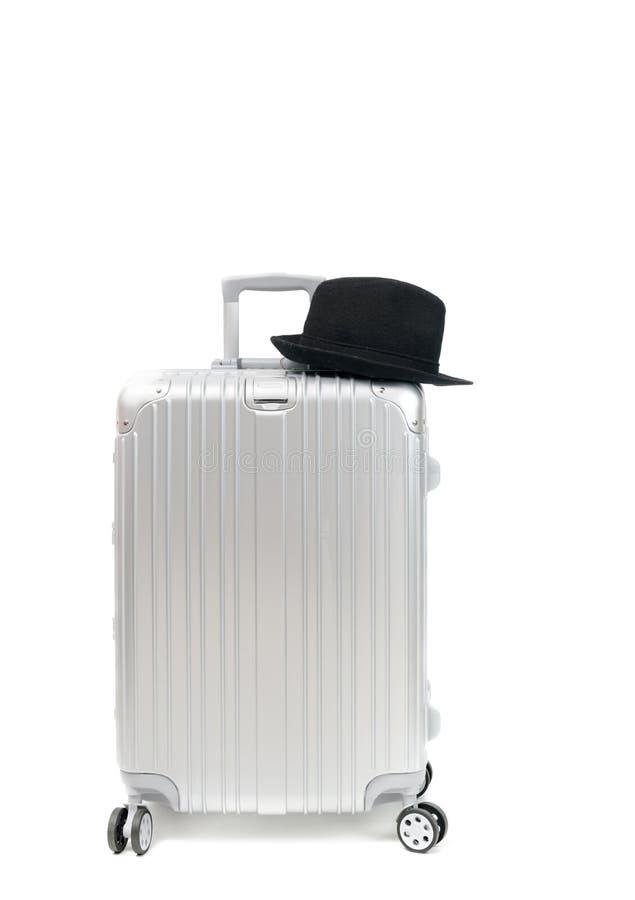 Алюминиевый изолированные чемодан и черная шляпа перемещения стоковое фото rf