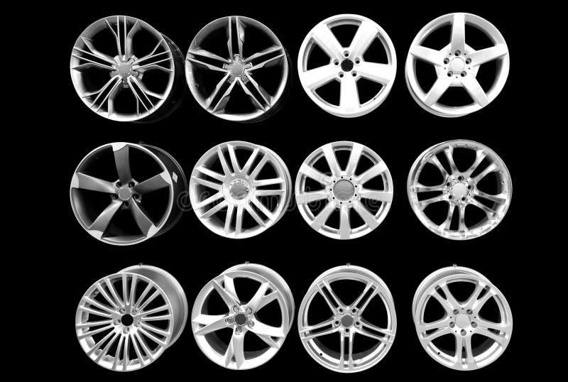 алюминиевый изолированный автомобиль снабжает ободком колесо стоковое фото