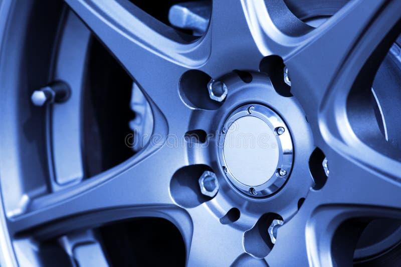 алюминиевый конец автомобиля вверх по колесу стоковые фото