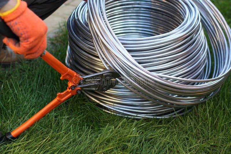 Алюминиевый отрезок провода инструментом для нарезания болтов Инструмент, технология стоковое фото