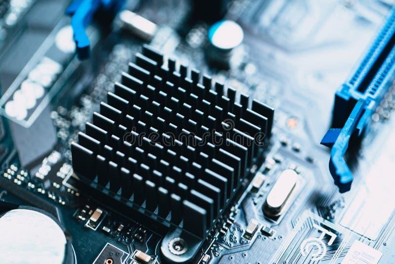 Алюминиевый теплоотвод устанавливает на монтажную плату компьютера стоковое фото rf