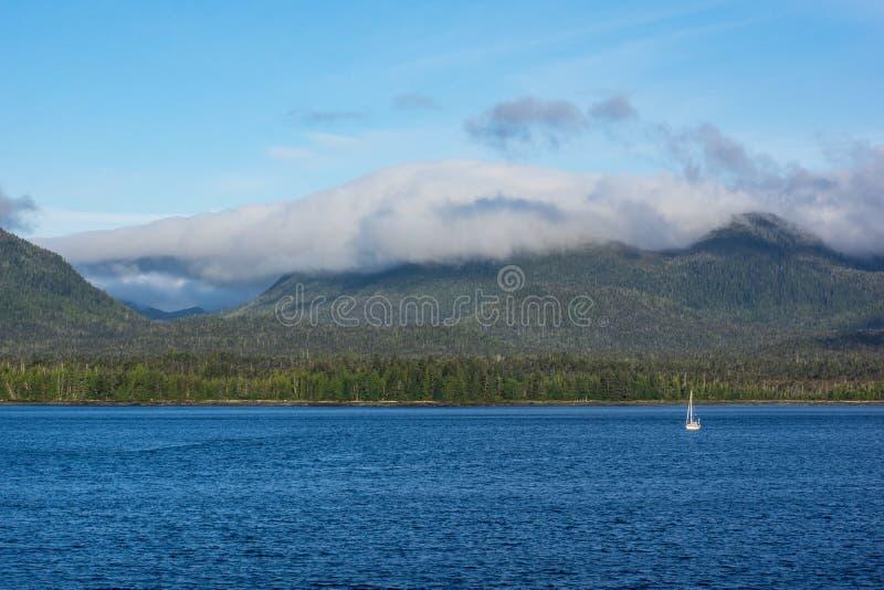 Аляска внутри прямых гор ландшафта около Ketchikan стоковое фото rf