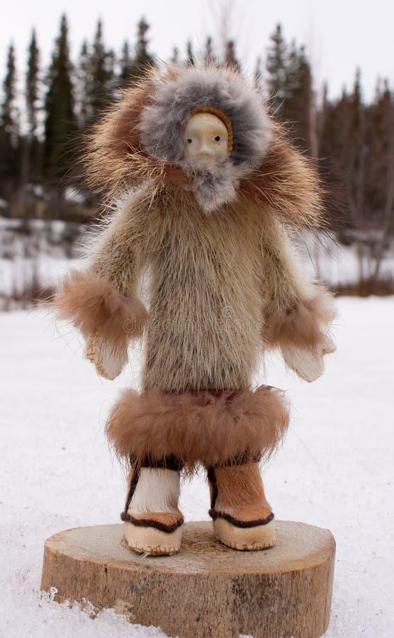 Аляска произвела уроженца руки куклы женского стоковая фотография rf