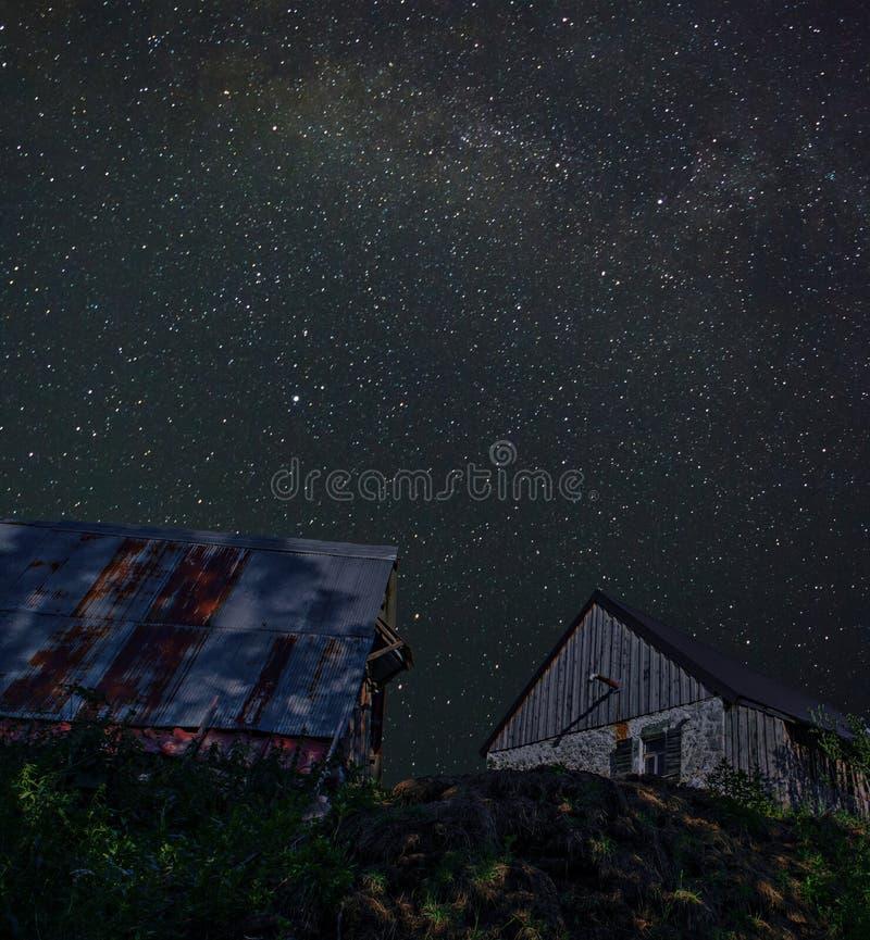 Амбары на холме стоковые фото