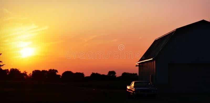 Амбар захода солнца, античный автомобиль стоковое изображение rf