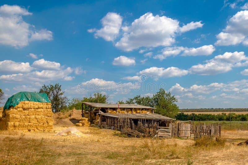 Амбар и сеновал в деревне стоковое фото