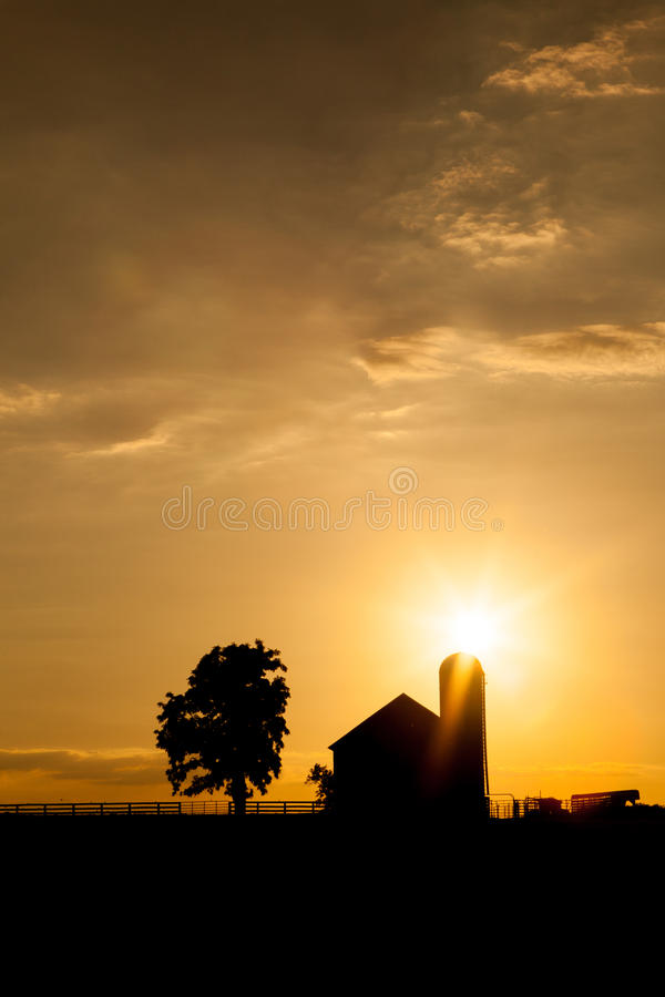 Амбар Кентукки на заходе солнца стоковое фото