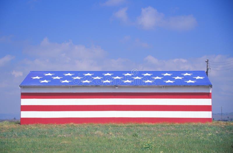 Амбар покрашенный как американский флаг, центральная Калифорния стоковые изображения
