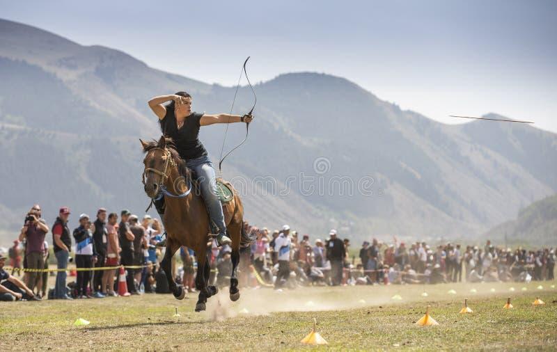 Американская дама состязаясь на archery верхом на кочевнике g мира стоковое изображение rf