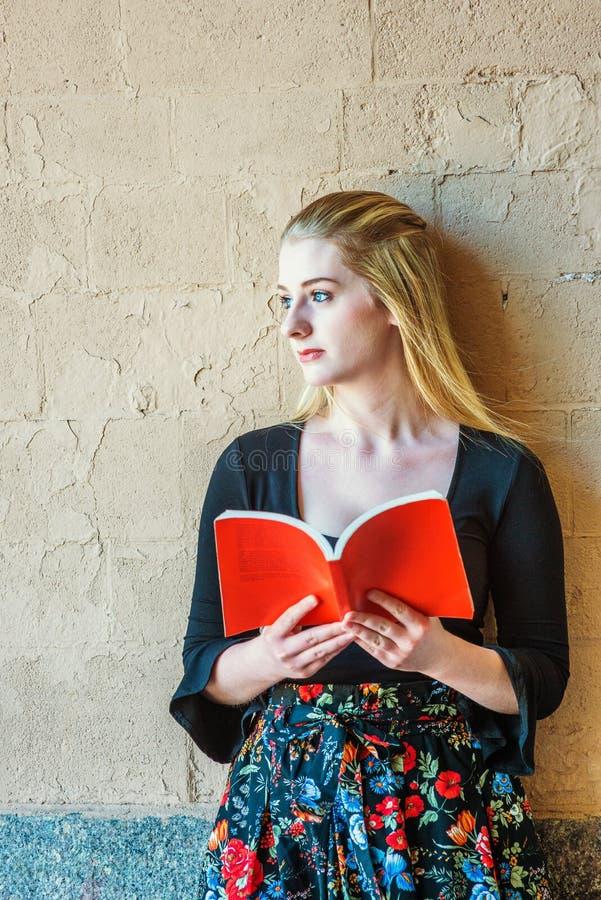 Американская Красная книга чтения девочка-подростка внешняя в Нью-Йорке стоковые фотографии rf