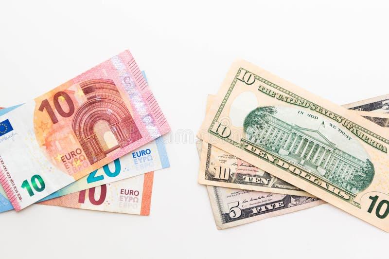 Американские банкноты доллара и евро изолированные на белой предпосылке стоковые фотографии rf
