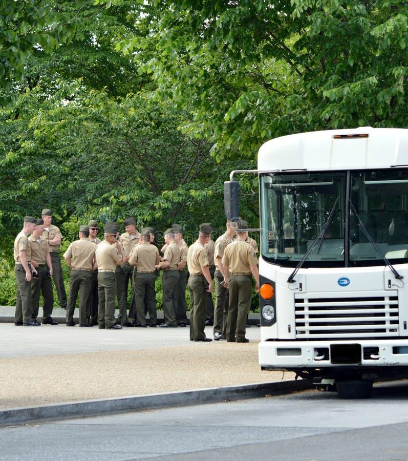 Американские военнослужащие ждать для восхождения на борт воинской шины стоковое фото rf