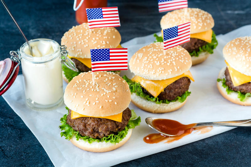 Американские мини бургеры стоковая фотография rf