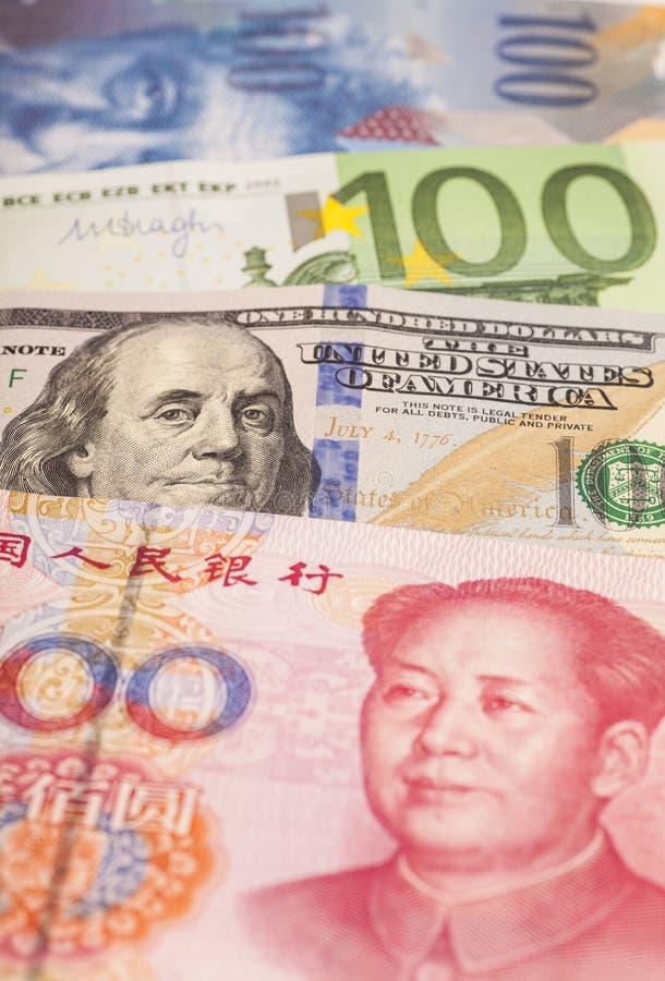 Американские доллары, европейское евро, швейцарский франк и китайское bil юаней стоковое фото rf