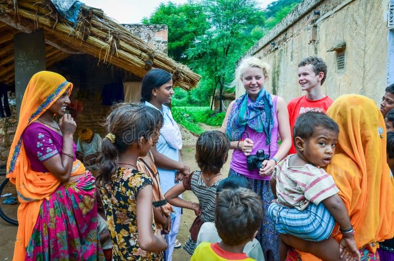 Американские туристы в сельской Индии стоковое изображение