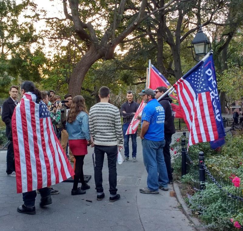 Американские флаги и сторонники козыря, парк квадрата Вашингтона, NYC, NY, США стоковые изображения rf