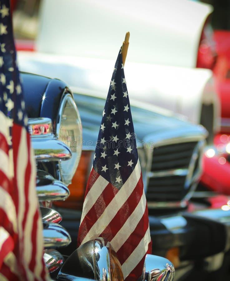 Американские флаги и хром, четверть выставки автомобиля в июле стоковые фото