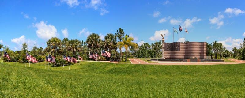 Американские флаги развевают в ветре перед памятником на свободной стоковое изображение