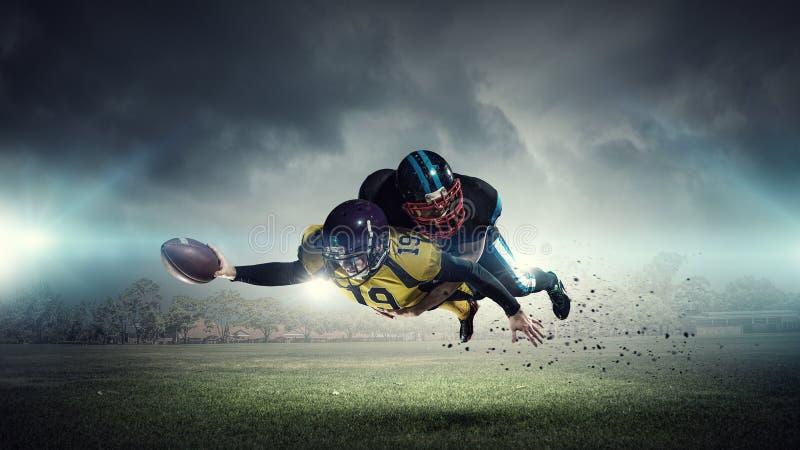 Американские футболисты на арене Мультимедиа стоковое фото