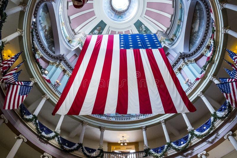 Американские флаги на старом здании суда в городском Сент-Луис стоковое фото