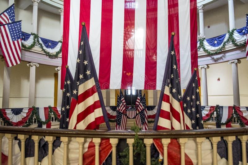 Американские флаги на старом здании суда в городском Сент-Луис стоковое фото rf