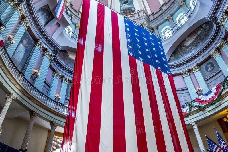 Американские флаги на старом здании суда в городском Сент-Луис стоковое изображение