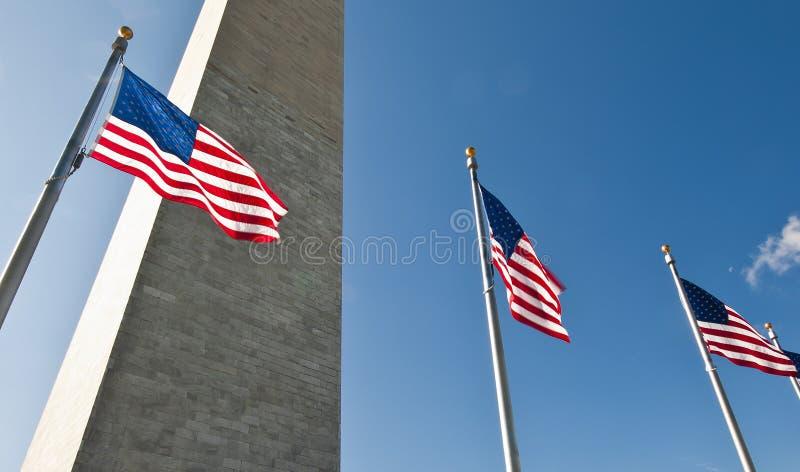 Американские флаги с памятником Вашингтона на заднем плане стоковая фотография