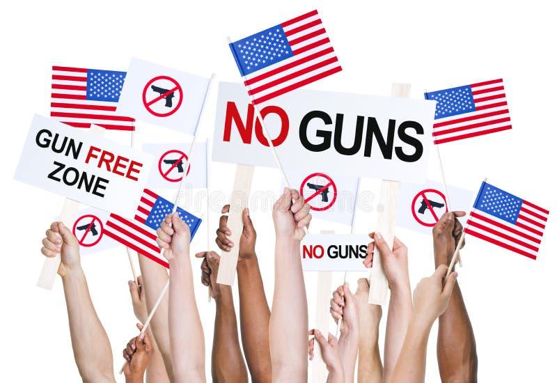 Американские люди агитируя для управления орудием стоковая фотография rf
