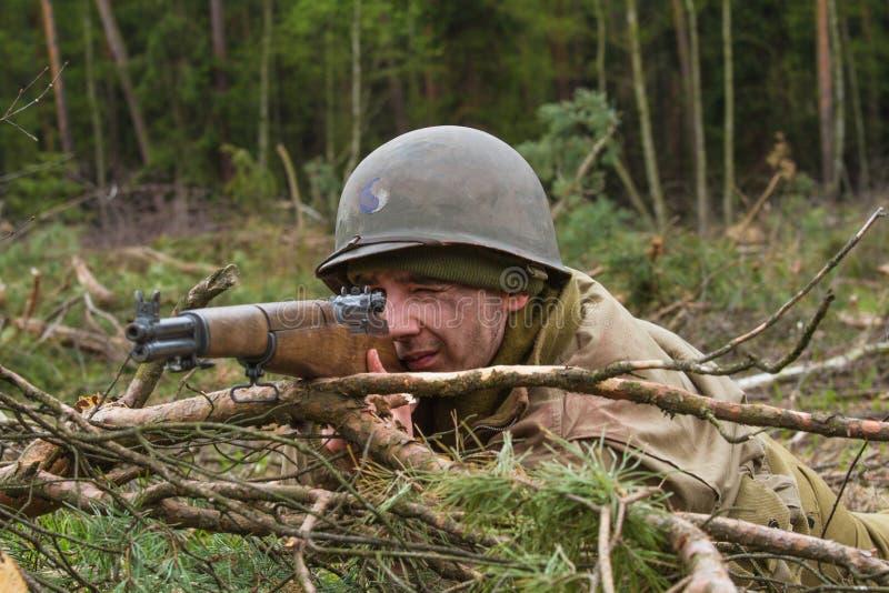 Американский гвардеец Второй Мировой Войны во время боя стоковые фотографии rf
