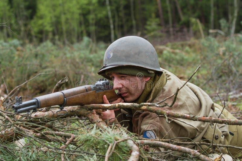 Американский гвардеец Второй Мировой Войны во время боя стоковое изображение rf