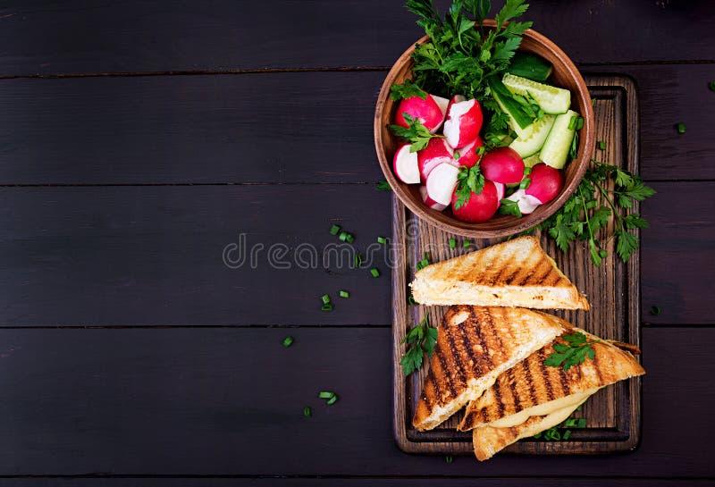 Американский горячий сэндвич сыра Домодельный зажаренный сэндвич сыра стоковые фото