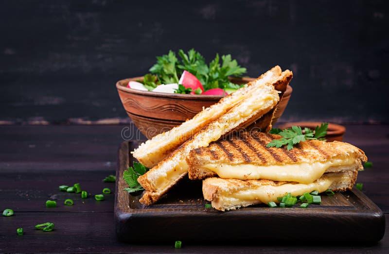 Американский горячий сэндвич сыра Домодельный зажаренный сэндвич сыра стоковые изображения