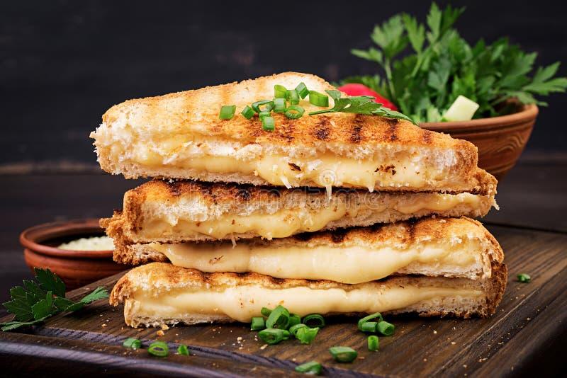 Американский горячий сэндвич сыра Домодельный зажаренный сэндвич сыра стоковые фотографии rf