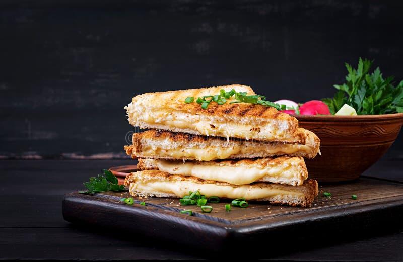 Американский горячий сэндвич сыра Домодельный зажаренный сэндвич сыра стоковое фото rf