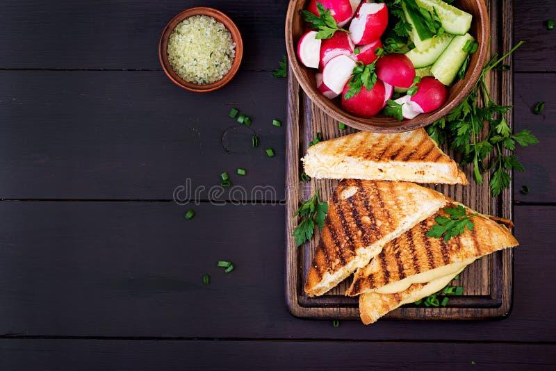 Американский горячий сэндвич сыра Домодельный зажаренный сэндвич сыра на завтрак стоковая фотография rf