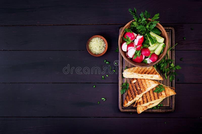 Американский горячий сэндвич сыра Домодельный зажаренный сэндвич сыра на завтрак стоковое изображение