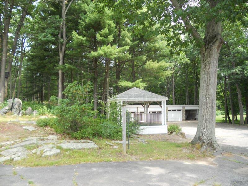 Американский дом в древесинах стоковые фото