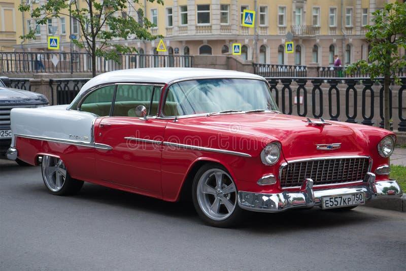 Американский полноразмерный Шевроле Bel Air конец-вверх 1955 год на улицах Санкт-Петербурга стоковая фотография