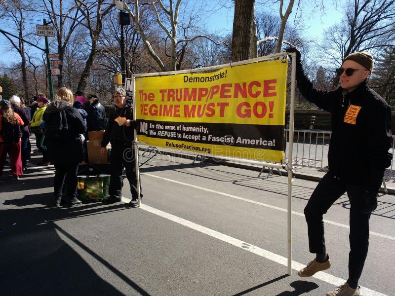 Американский фашизм, протест -го март на наши жизни, NYC, NY, США стоковое фото