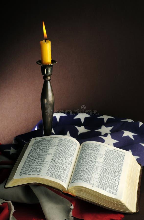 американский флаг библии стоковая фотография rf