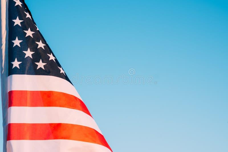 Американский флаг в голубом небе, конец вверх Символ четверти Дня независимости от июля в США стоковые изображения rf