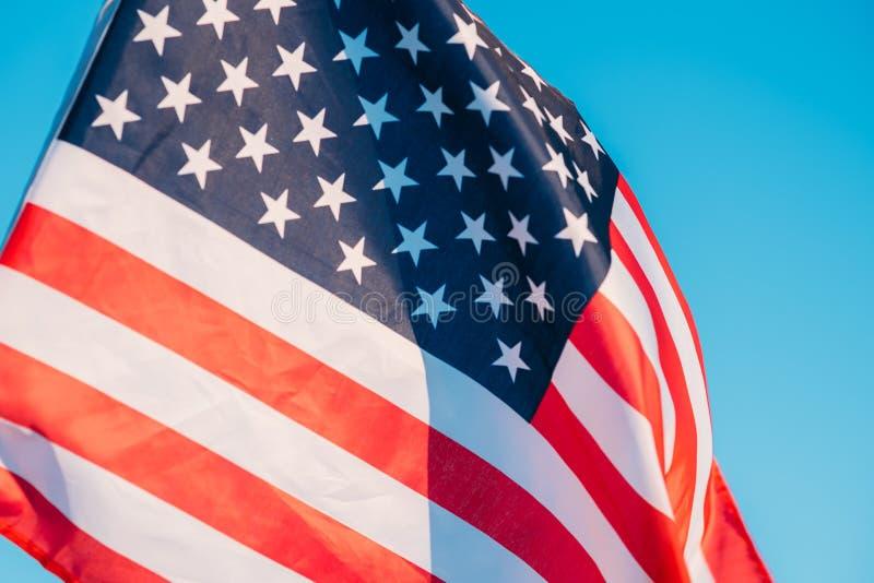 Американский флаг в голубом небе, конец вверх Символ четверти Дня независимости от июля в США стоковая фотография rf