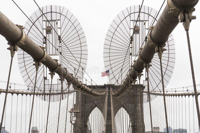 Американский флаг в дисплее на Бруклинском мосте стоковые изображения rf
