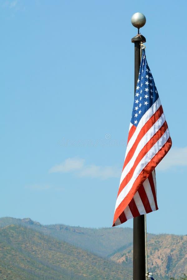 Американский флаг, государственный флаг сша сигнализирует снаружи над ясным небом стоковая фотография rf