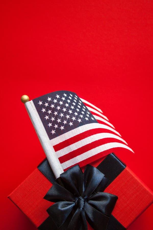 Американский флаг и подарочная коробка стоковые изображения